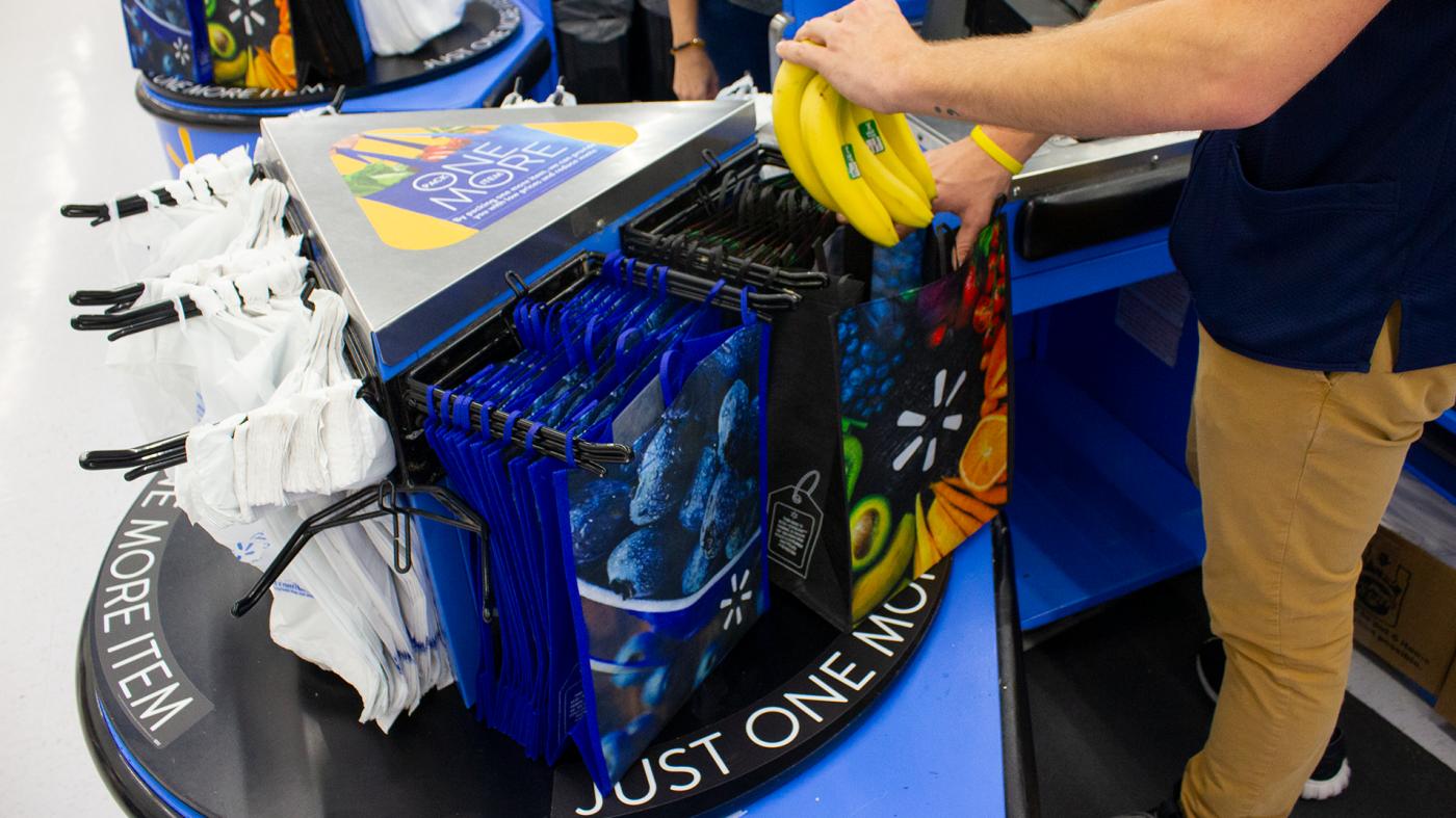 Photo of Walmart vai oferecer sacolas plásticas reutilizáveis em caixas registradoras – Quartz