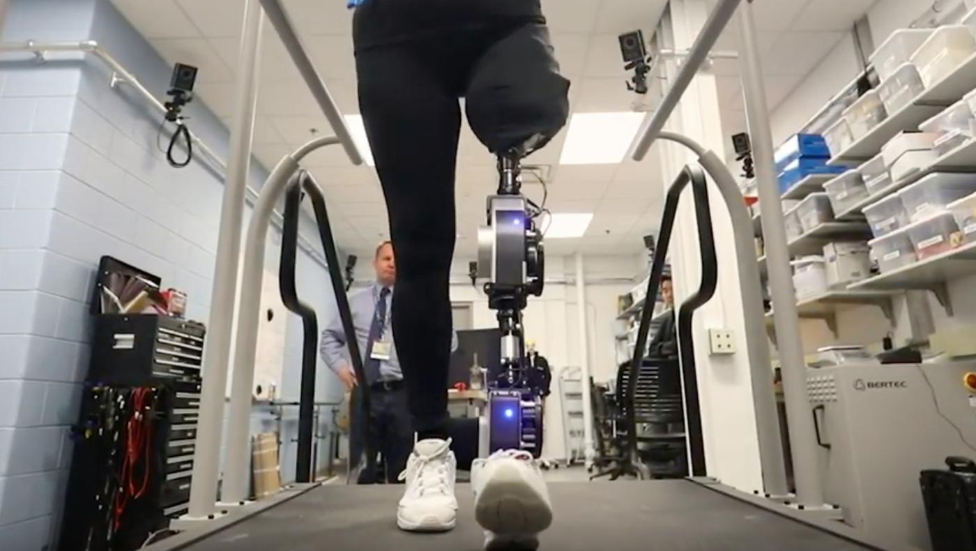 Photo of Uma perna biônica de IA de código aberto é o futuro das próteses – Quartz