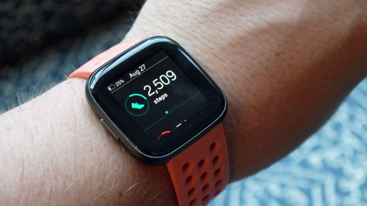 Photo of Apple Watch 4 vs Fitbit Versa 2