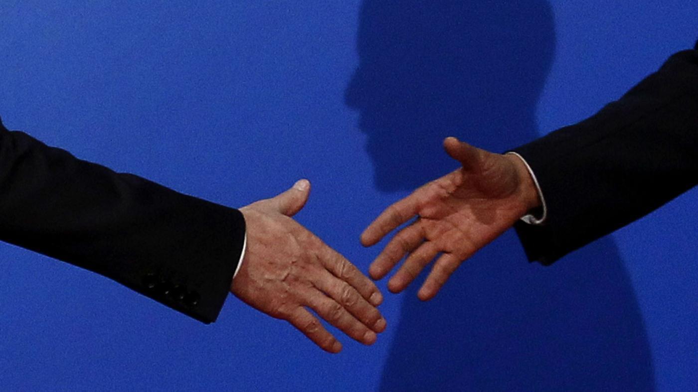 Photo of Um especialista em etiquetas sobre como recusar um aperto de mão – Quartz at Work