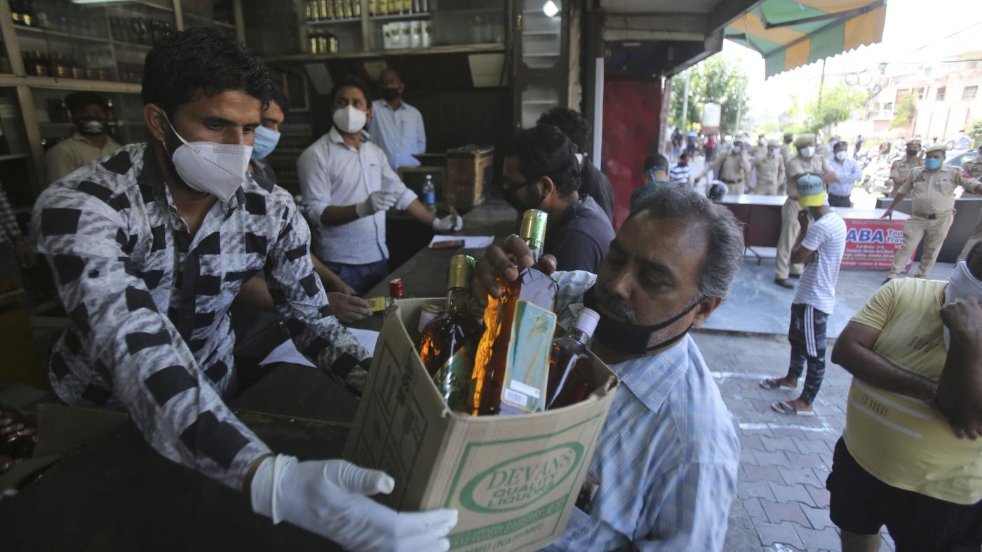 Foto de Forte taxa de licor Covid-19 faz com que indianos mudem para marcas mais baratas – Quartz India