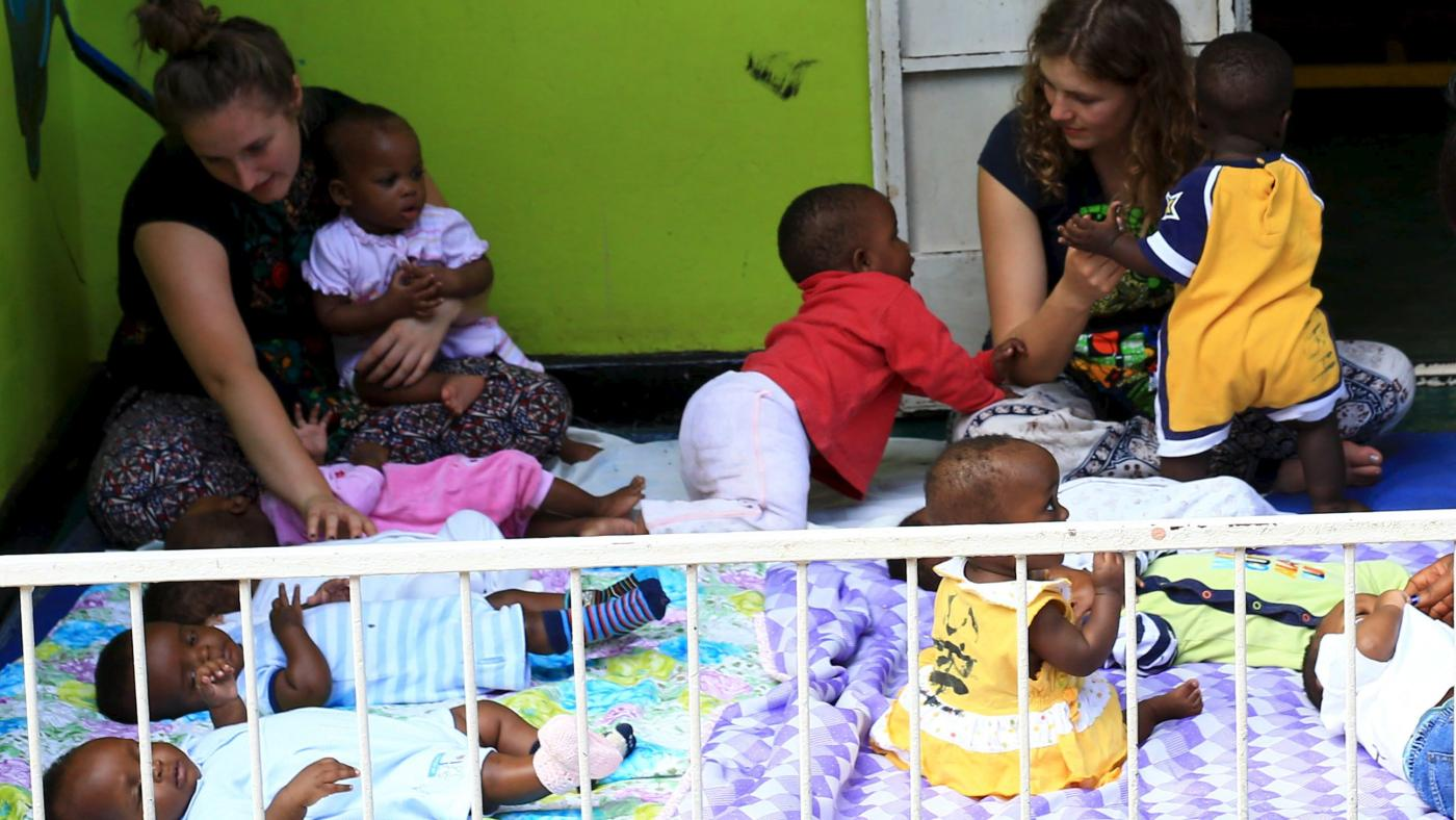 Foto de Administrador de Trump reprime esquema fraudulento de adoção de crianças em Uganda – Quartz Africa