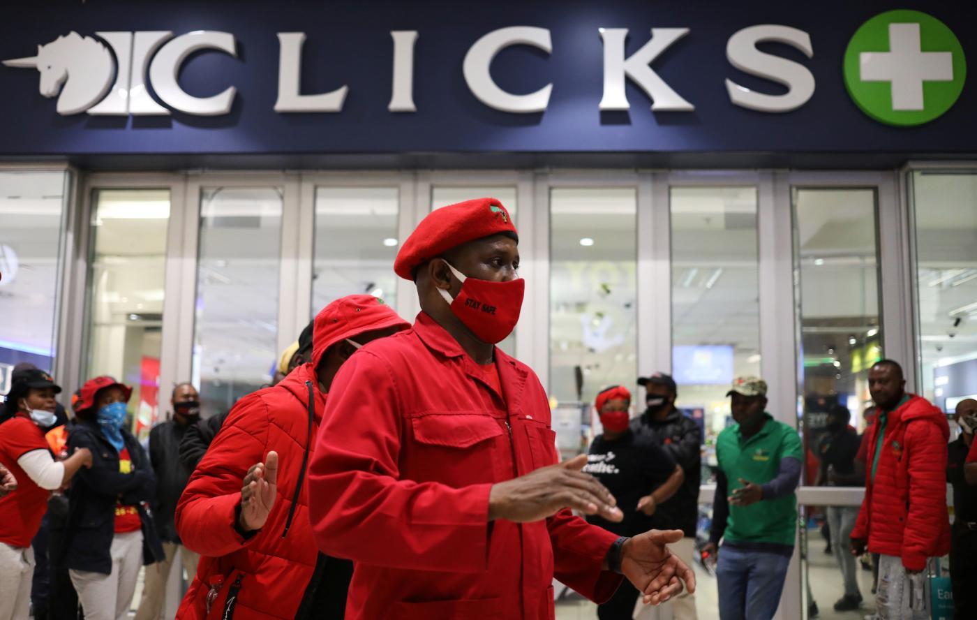 Foto de Indignação da África do Sul com anúncios racistas de cliques em cabelos negros – Quartz Africa