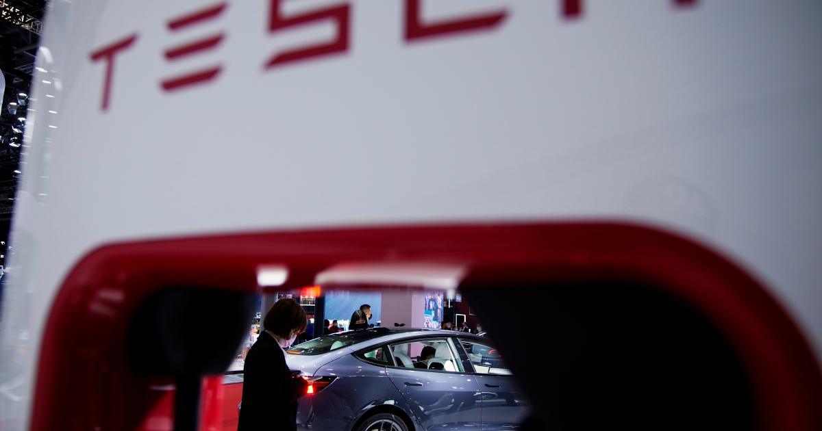 Foto de O protesto de uma mulher contra Tesla roubou os holofotes no Salão do Automóvel de Xangai – Quartzo