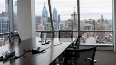 """Foto de """"Hot desks"""" em um escritório pós-pandêmico – Quartz at Work"""