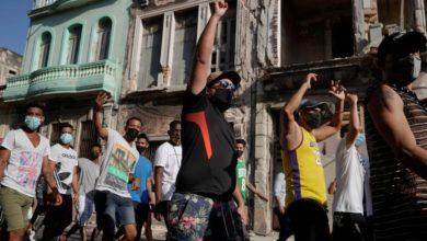Foto de Protestos cubanos, venda de jeans, frango falso