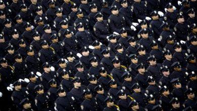 Foto de Defundir a polícia?  Seus salários estão aumentando lentamente – Quartzo